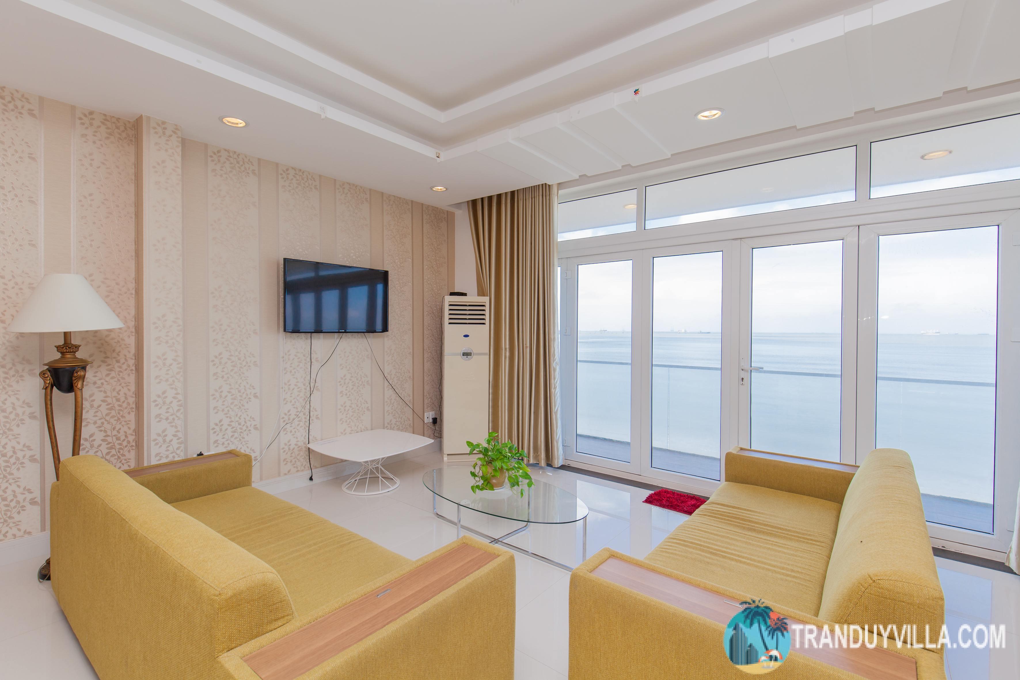 Diện tích sử dụng trên 300m2, thiết kế phòng khách sang trọng và đồ nội thất cao cấp