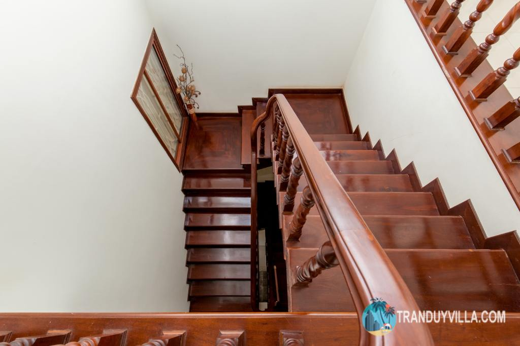 Cầu thang bằng gỗ cao cấp