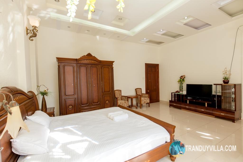 phòng ngủ thiết kế rộng rãi, đẹp, nội thất đồ gỗ cao cấp và hiện đại